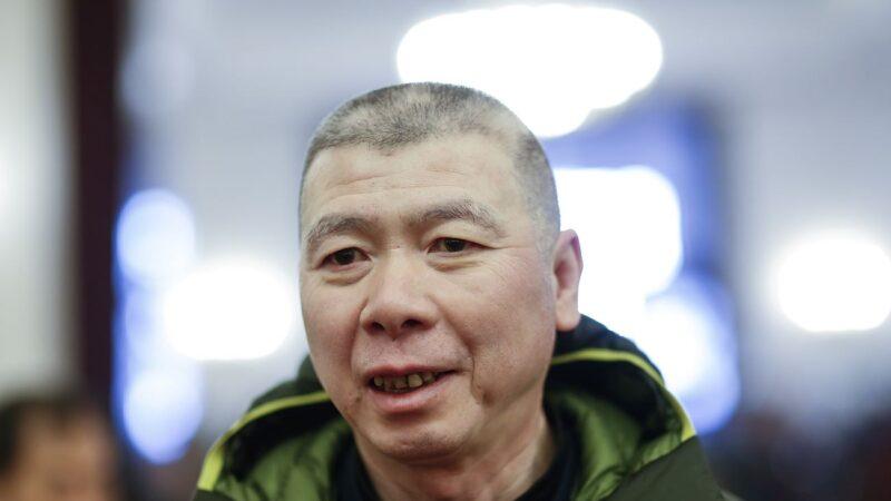 馮小剛白癜風疑變嚴重 斑禿明顯頭部起大包