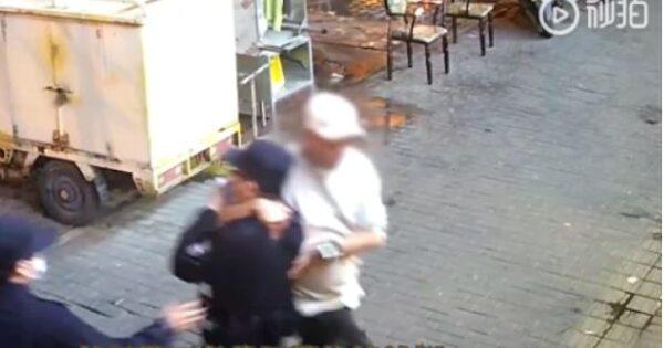 北京一男子锁喉摔倒警察 大喊:你知道我爸是谁吗?