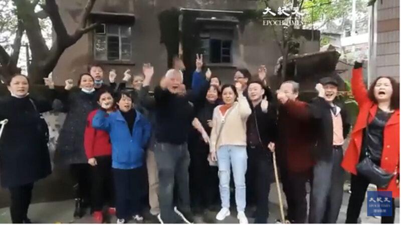 """重庆民众挺川普连任 高喊""""结束专制""""(视频)"""