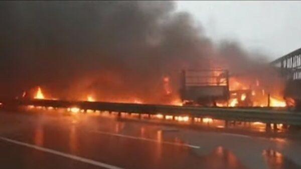 觸目驚心 陝西高速公路43車連環撞10多輛起火