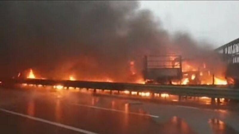 触目惊心 陕西高速公路43车连环撞10多辆起火