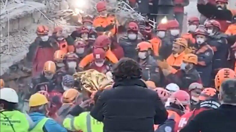奇迹!爱琴海震后65小时 3岁女童获救(视频)