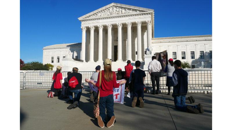 組圖:美國民眾在最高法院前為川普祈禱