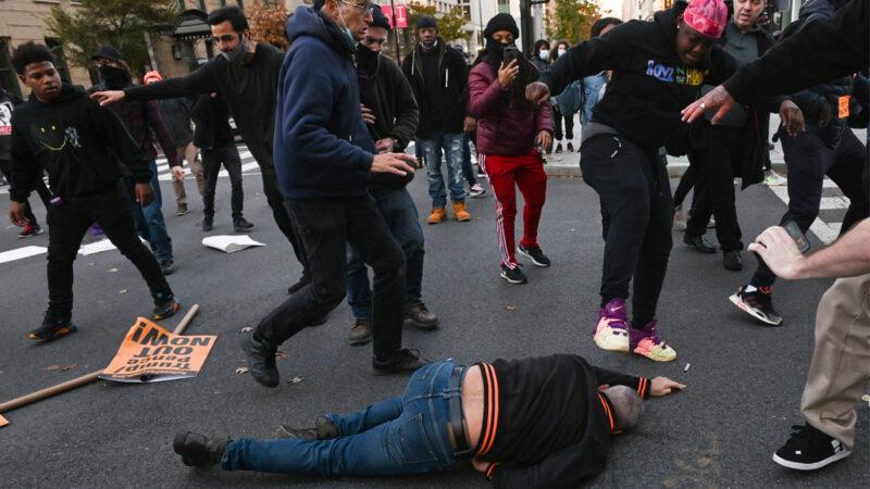 華府警察被斥幫凶 縱容暴徒毆打川普支持者
