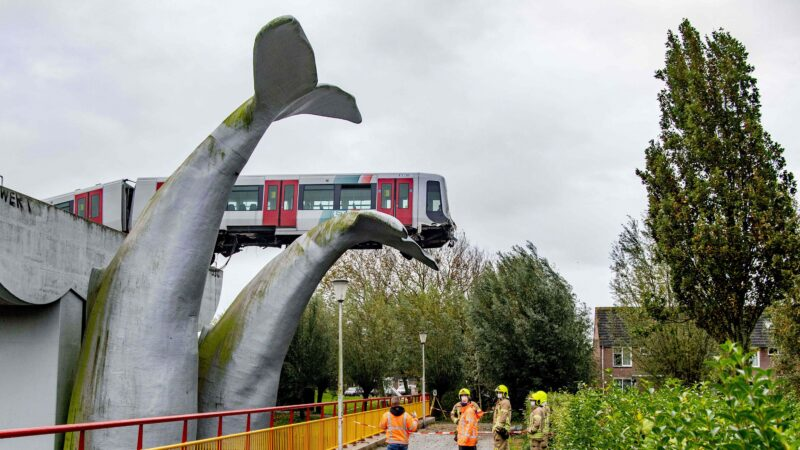 """奇迹!荷兰地铁冲出高架轨道 被""""鲸鱼尾巴""""接住"""