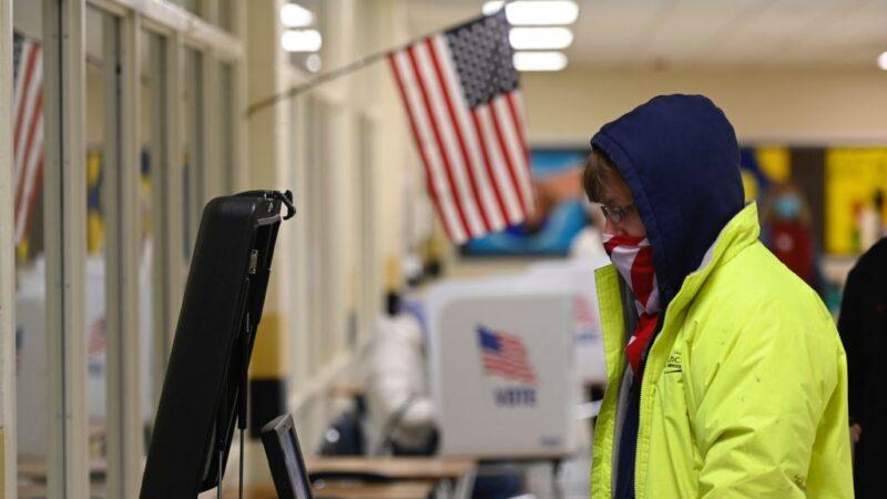 美国总统大选 东岸投票所民众排队投票