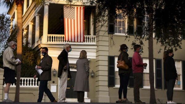 紐約選民熱情空前 凌晨開始排隊投票