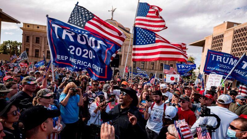 亚利桑那州法院外 选民要求调查选举舞弊向媒体追责