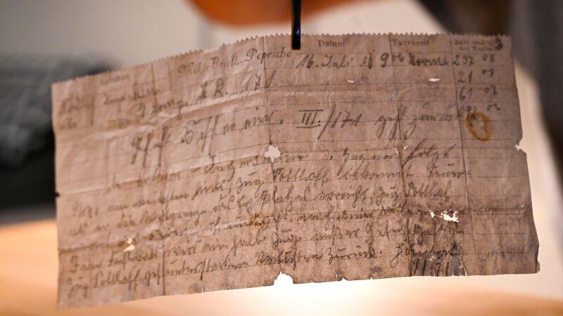 法夫婦發現時空膠囊 百年前軍情飛鴿傳書曝光