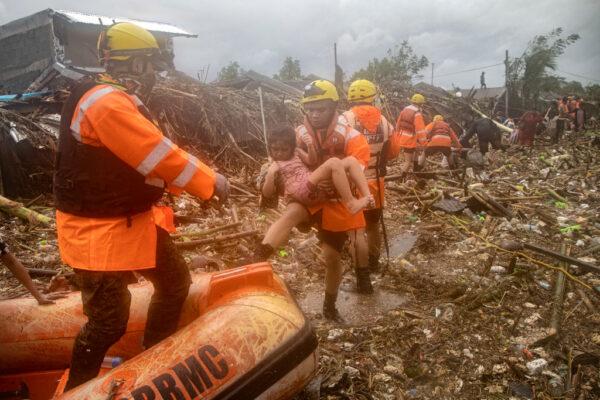 梵高颱風橫掃呂宋島 民眾受困屋頂求救