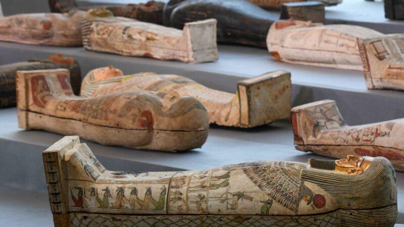 距今2500年 埃及出土百具彩绘棺木 技艺高超精良