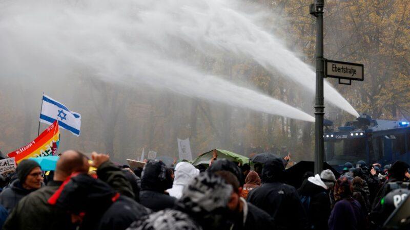 抗议防疫封城 德警水炮驱离示威者365人被捕(视频)