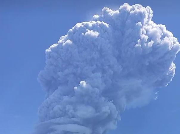 印尼火山喷发 如雨下火山灰触发飞航警告