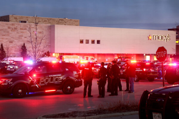 威州购物中心爆枪响 至少8伤枪手逃逸