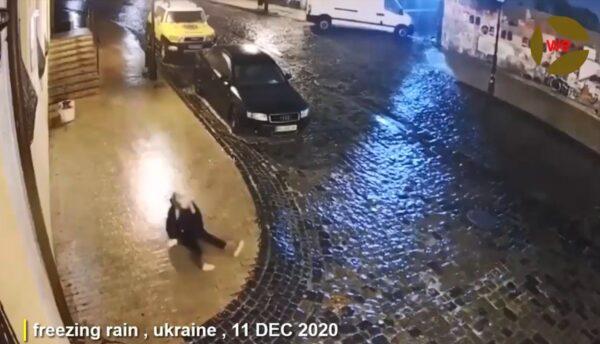 基辅街道结冰 少女滑摔1分钟仍在原地 网友哭笑不得(视频)