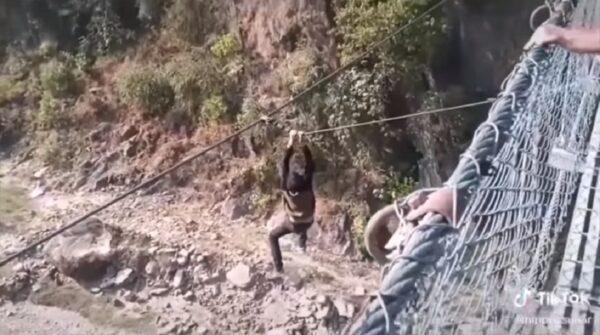 玩命拍抖音 尼泊尔男悬挂吊桥外 体力不支坠河床身亡