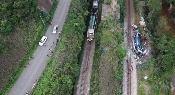 冲出15米高架桥 巴西游览车酿14死26伤