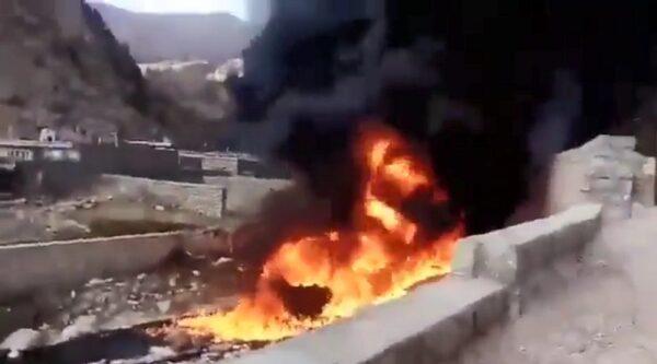 山体滑坡 伊朗炼油厂输油管破裂大火冲天