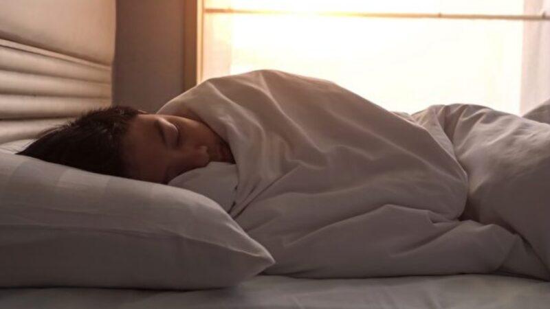 蓋有重量感的被子睡覺 78%改善失眠 有4大好處