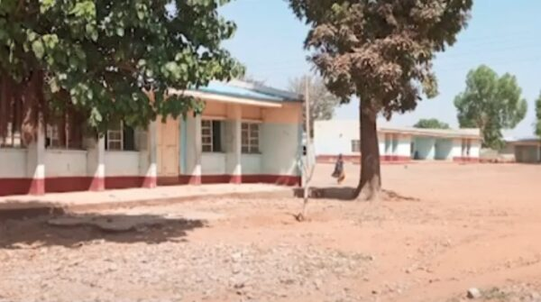 尼國中學遭攻擊引爆槍戰 學生翻牆逃命數百人下落不明
