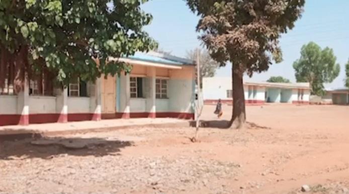 尼国中学遭攻击引爆枪战 学生翻墙逃命数百人下落不明