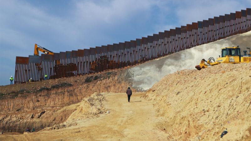 拜登計劃拆除川普邊境牆 非法越境者激增