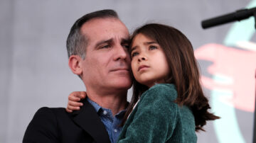 女兒感染中共病毒 洛市長全家隔離