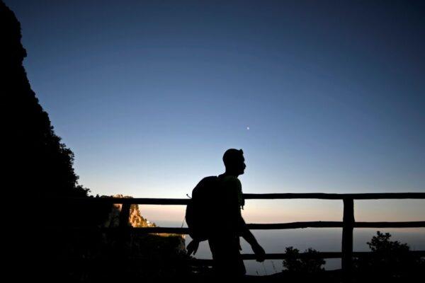男與妻吵架出門冷靜 步行450公里因違反宵禁遭警開罰