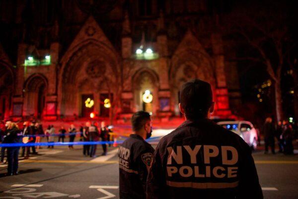 枪手纽约教堂外开枪 遭警击伤送医不治