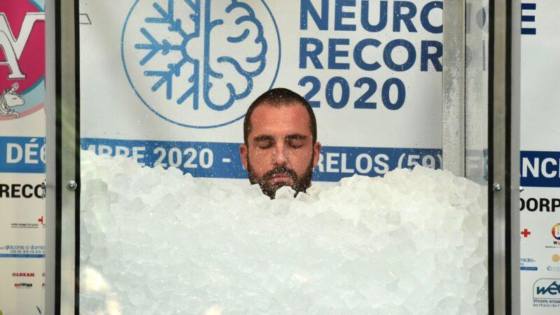 """埋冰块2小时35分43秒 法国""""冰人""""打破世界纪录"""