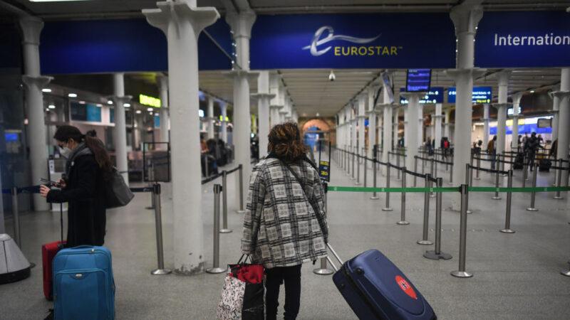 """伦敦疫情突拉至第4级 车站如""""战区""""涌现逃难潮(视频)"""