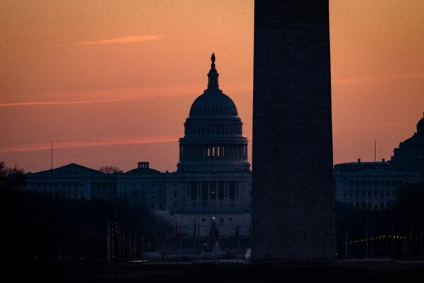 川普簽中共病毒救濟法案 說服兩院表決2千元支票