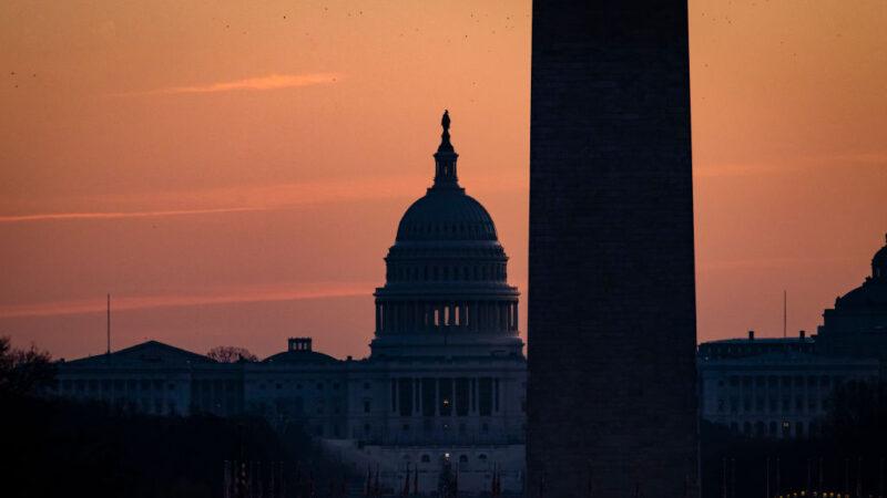 川普签中共病毒救济法案 说服两院表决2千元支票