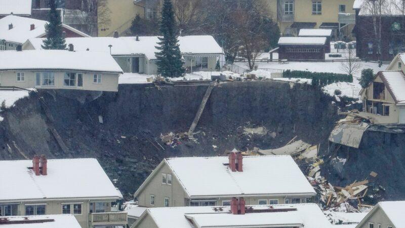 挪威小镇严重土石流 巨大黑洞吞噬十几栋房屋