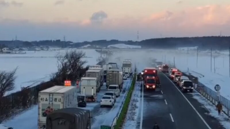 风雪交加 日本高速路车祸1死10伤 逾百辆车困车阵