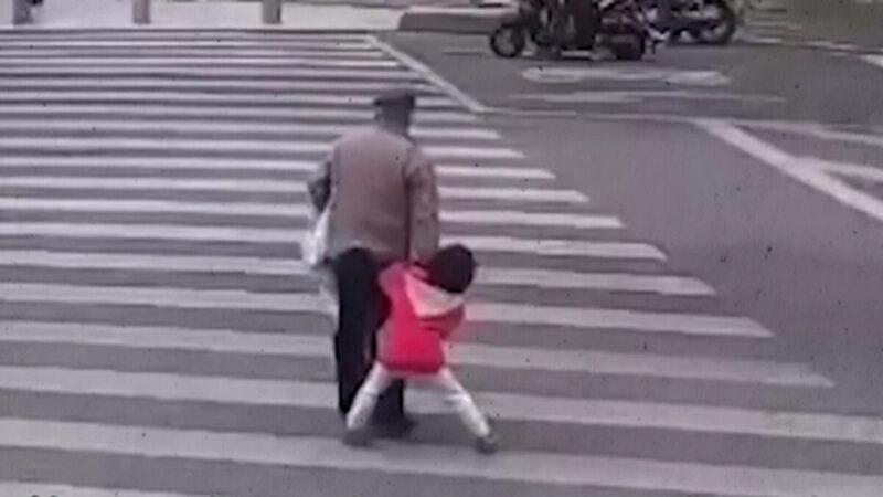 福建女童二度阻爷爷闯红灯未果 下一秒撞飞(视频)