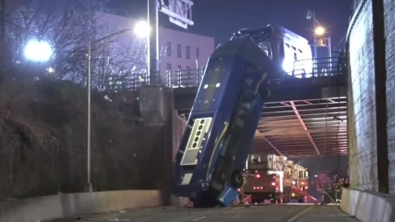 纽约公车离奇冲出围栏倒插地上 至少7人受伤