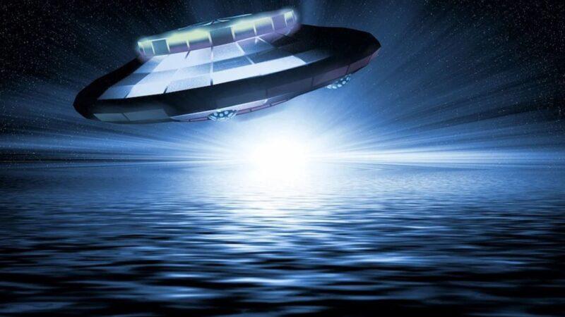 蓝色UFO出现在夏威夷夜空 随后俯冲入海