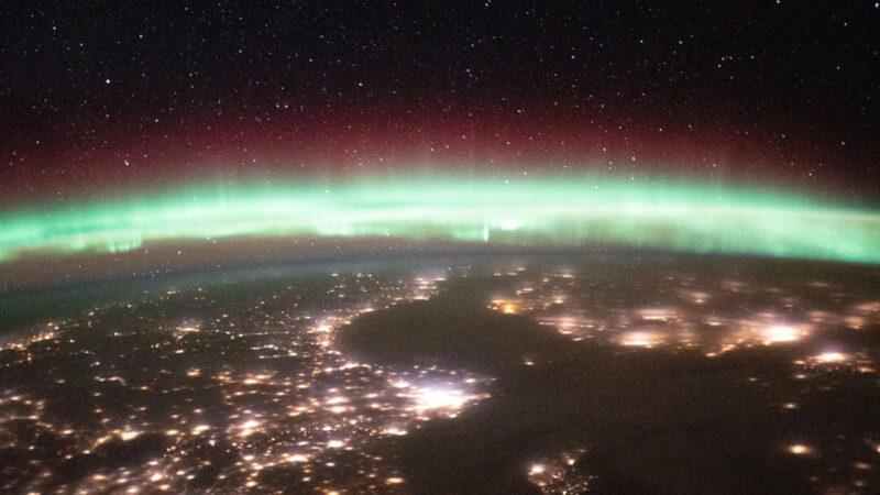 從太空中看地球的極光 與燈光和星光爭輝