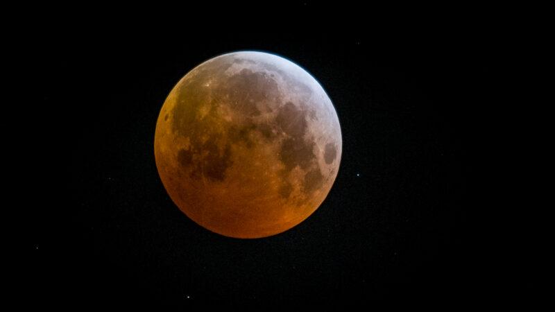 台湾南部夜空现诡异红月 网惊:2021灾难年预兆?