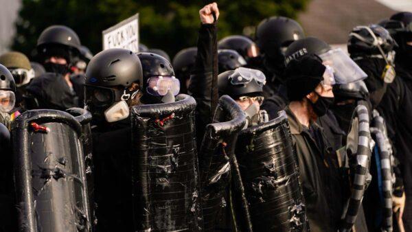 安提法紐約著防暴裝遊行 女記者遇襲警察無視(視頻)
