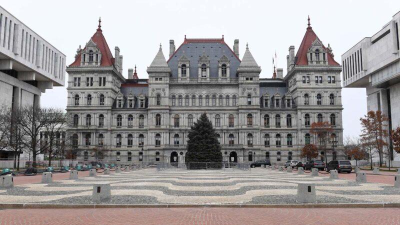 纽约州议会设3层安保防暴乱 只见警察和记者