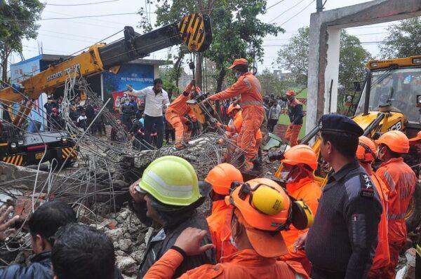 轟隆巨響 印度火葬場屋頂塌陷 至少25人死亡