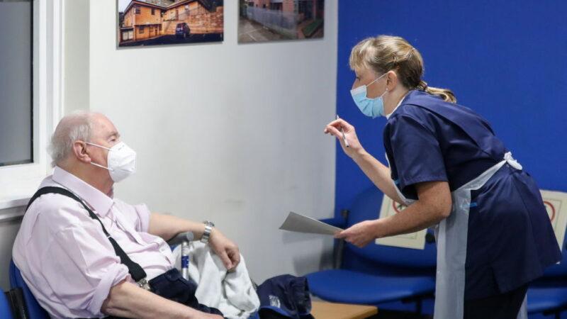 英国日增1325人病故 通过3款疫苗 民众只想要国产
