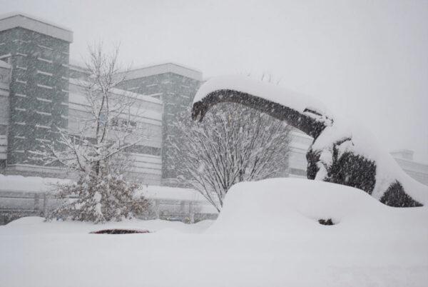 日本北陸逾千輛車受困大雪 出動自衛隊