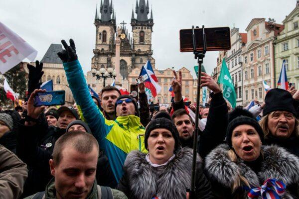 企業奄奄一息 捷克布拉格數千人上街頭抗議