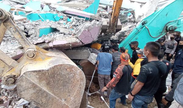 印尼6.2级强震 医院夷为平地已知34死600多伤