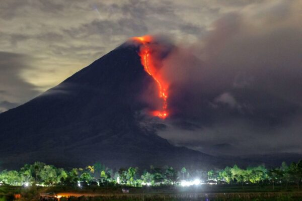 印尼塞梅鲁火山大喷发 灰烬直冲天际5.6公里高