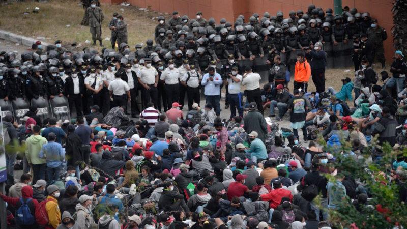 川普延長南部邊境緊急狀態 9千移民壓境