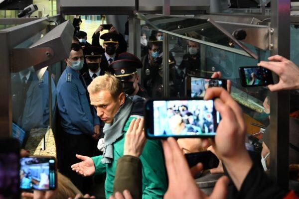 俄异议领袖纳瓦利内返国 班机改降机场后被捕
